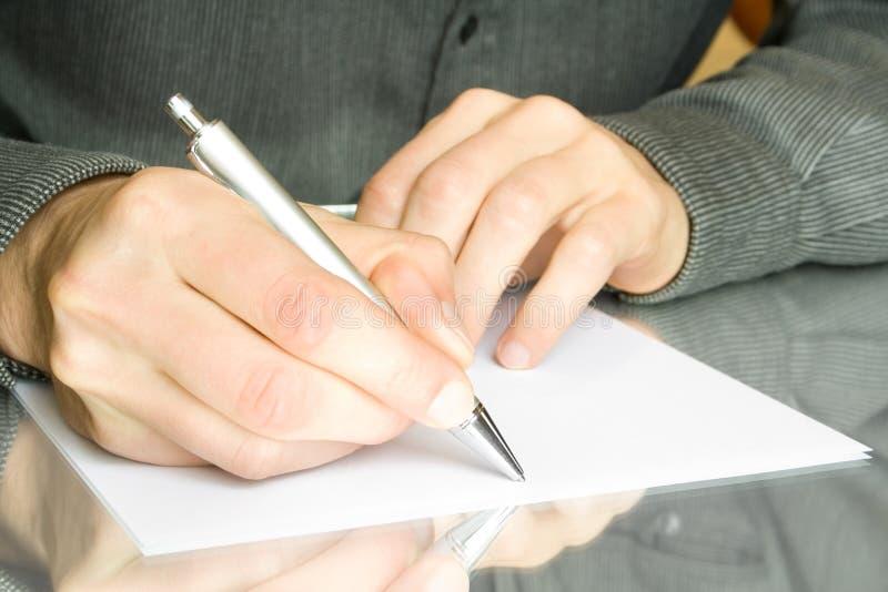 Hand met pen en document stock afbeelding