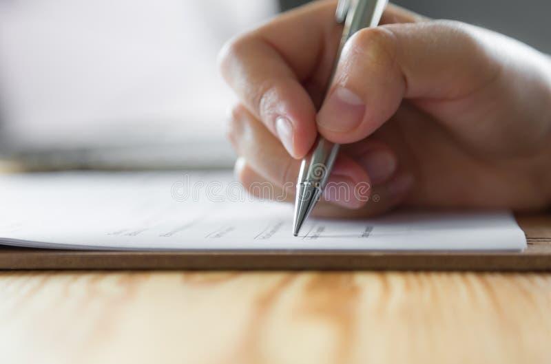Hand met Pen Over Application stock afbeelding