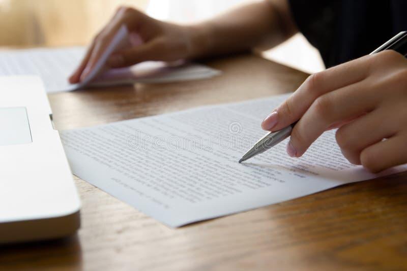 Hand met Pen Proofreading royalty-vrije stock afbeeldingen