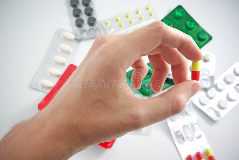 Hand met pil stock foto's