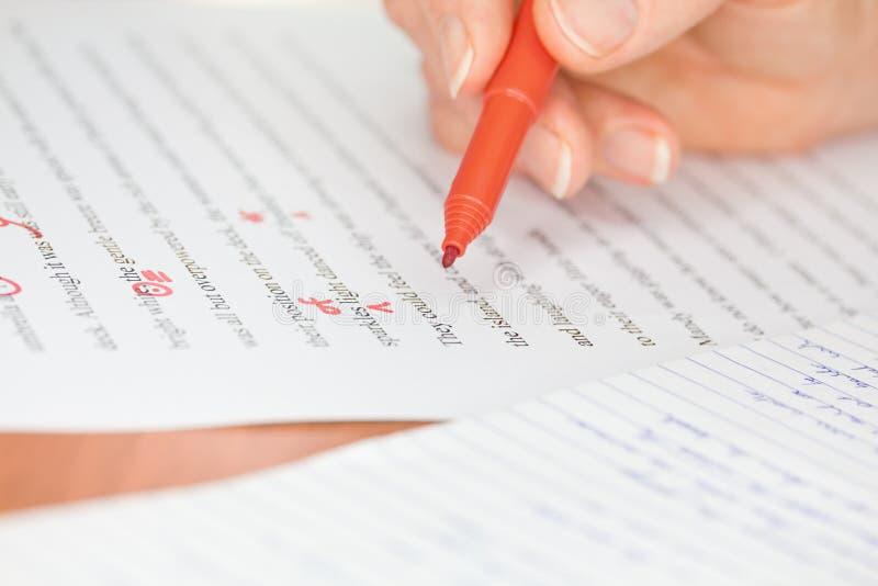 Hand met Rode Pen die een Verhaal transcribeert stock afbeeldingen