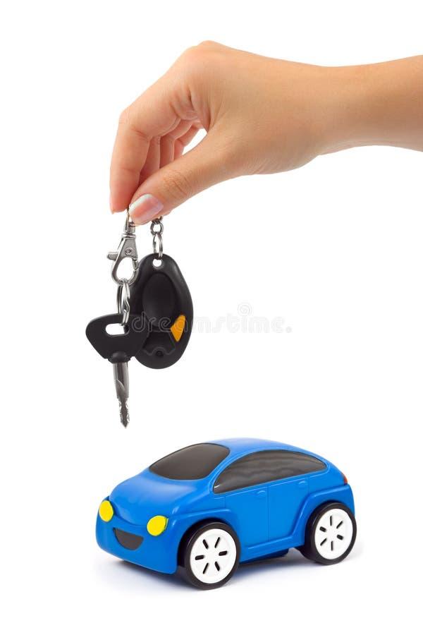 Hand met sleutel en auto royalty-vrije stock foto