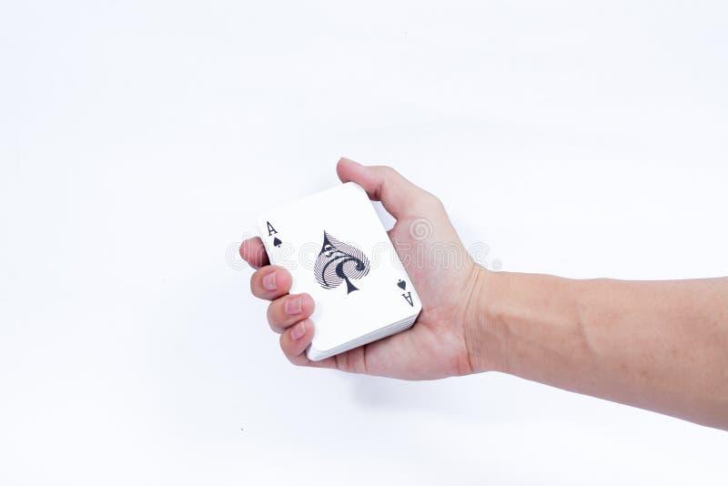 Hand met speelkaarten op witte achtergrond worden geïsoleerd die royalty-vrije stock foto