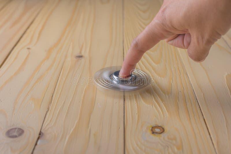 hand met spinner op lijst stock foto