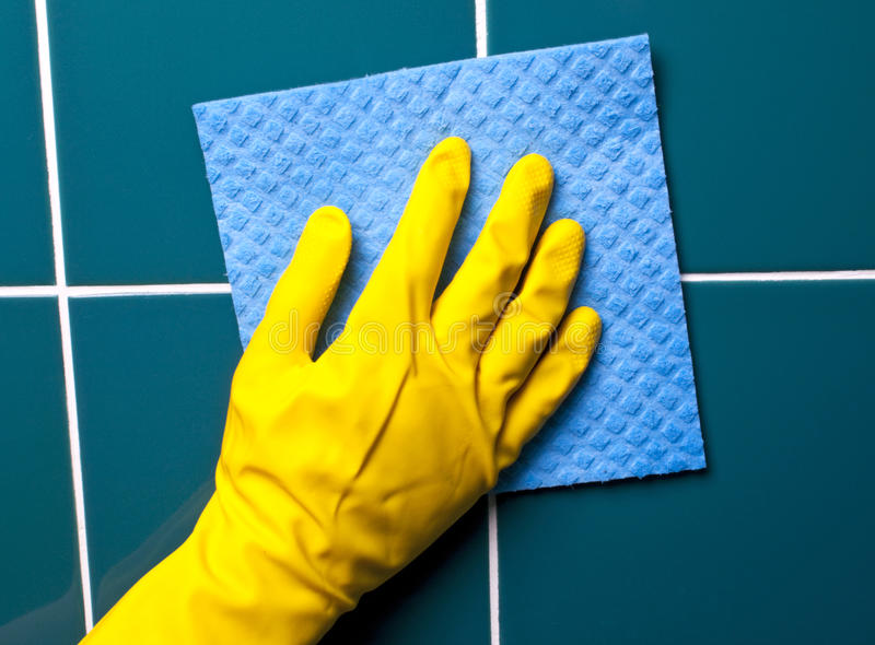 Hand met spons stock afbeeldingen
