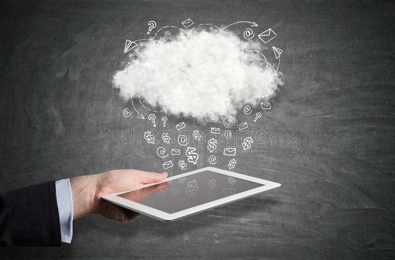 Hand met tablet en regenwolk stock fotografie