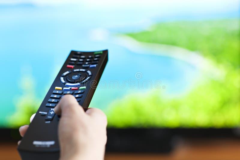 Hand met televisieafstandsbediening royalty-vrije stock foto's