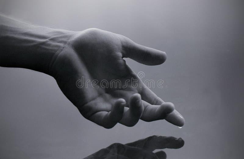 Hand met waterdaling stock foto's