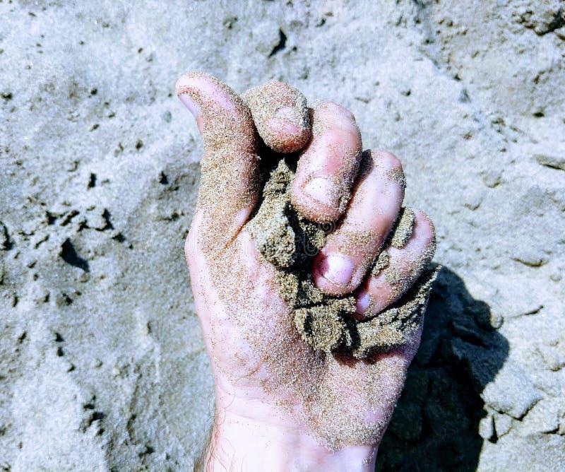 Hand met zand royalty-vrije stock foto's