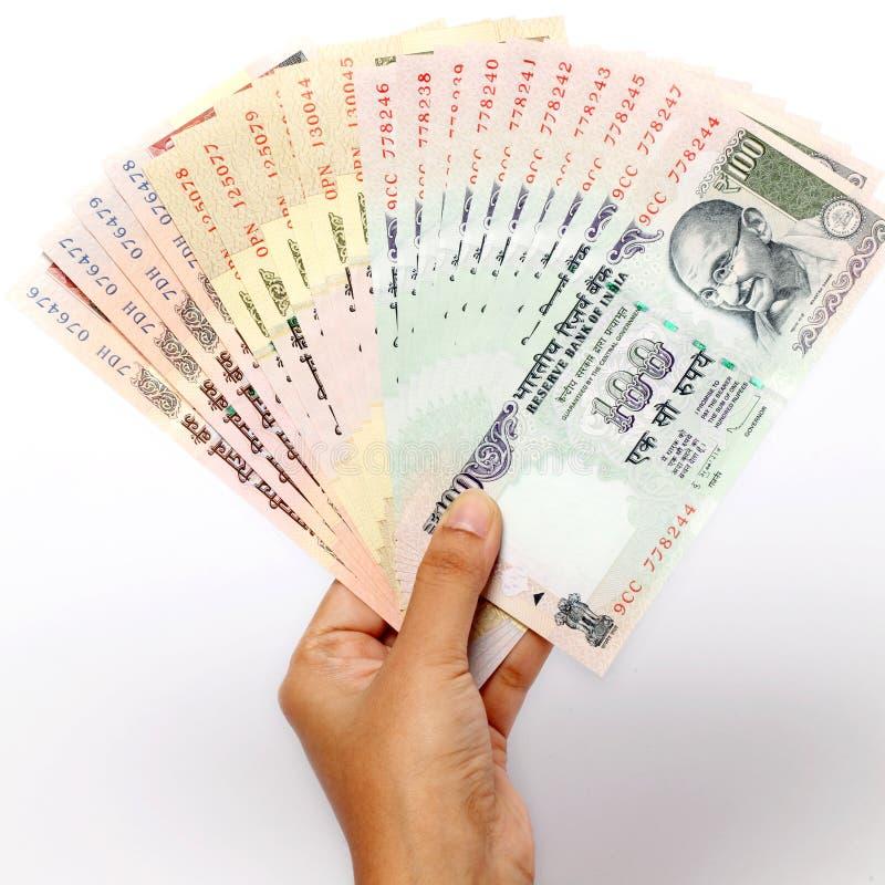Hand mit Anmerkungen der indischen Rupie stockfotos