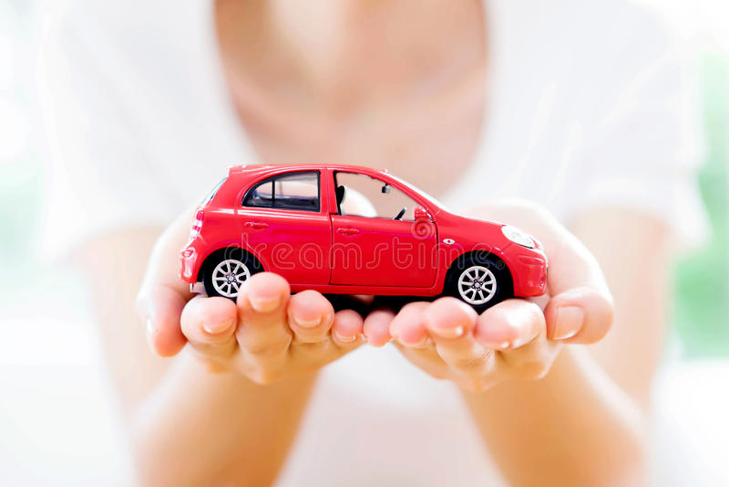 Hand mit Auto Autohaus und Miete stockfoto