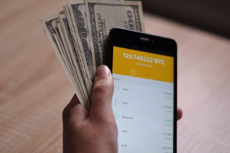 Hand mit bitcoin Geldbörse auf Smartphone lizenzfreies stockfoto