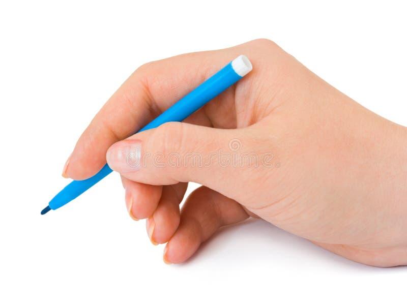 Hand mit blauer Feder stockfotografie