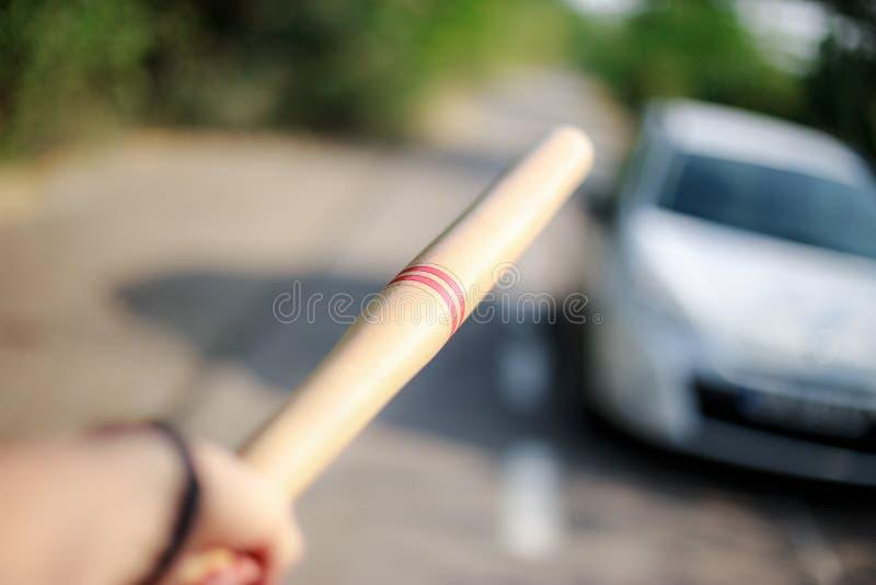 Hand mit dem Baseball, der auf das Auto zeigt lizenzfreie stockfotos