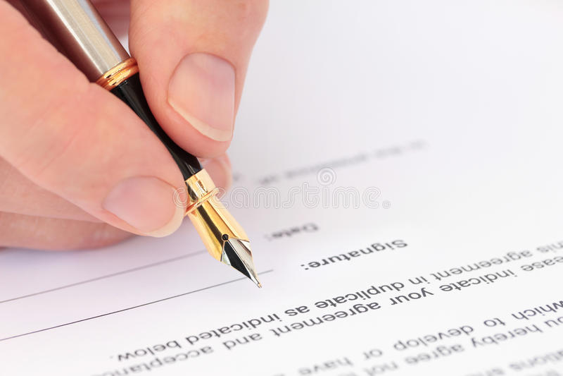 Hand mit dem Füllfederhalter, der ein Dokument kennzeichnet lizenzfreies stockbild