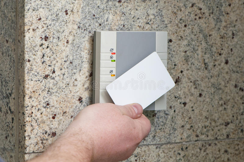 Hand mit dem Kartenzugriff lizenzfreie stockfotos