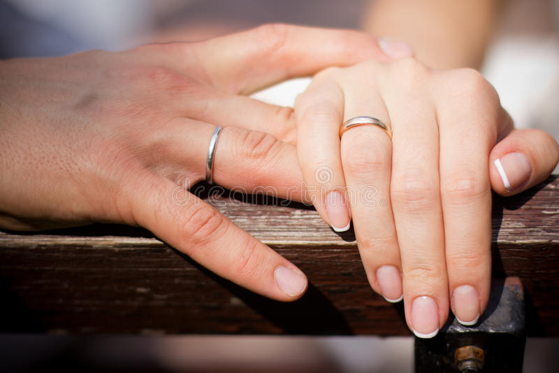 Hand mit Eheringen stockfoto