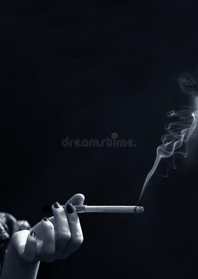 Hand mit einer Zigarette lizenzfreies stockfoto
