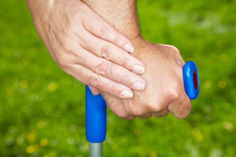 Hand Hand Hand Hand Hand Hand Hand Hand Hand Hand Hand mit Gehhilfe lizenzfreies stockbild