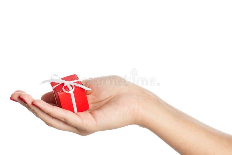 Hand mit Geschenk stockfoto