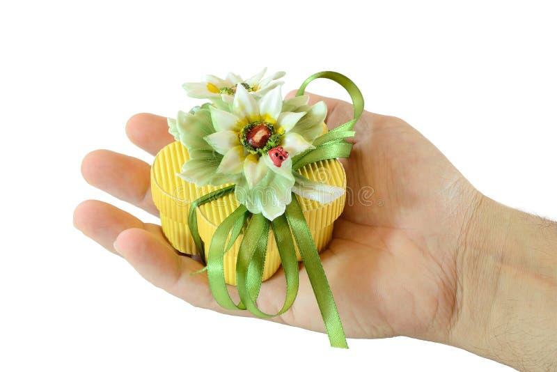 Hand mit Geschenkkasten lizenzfreie stockfotos