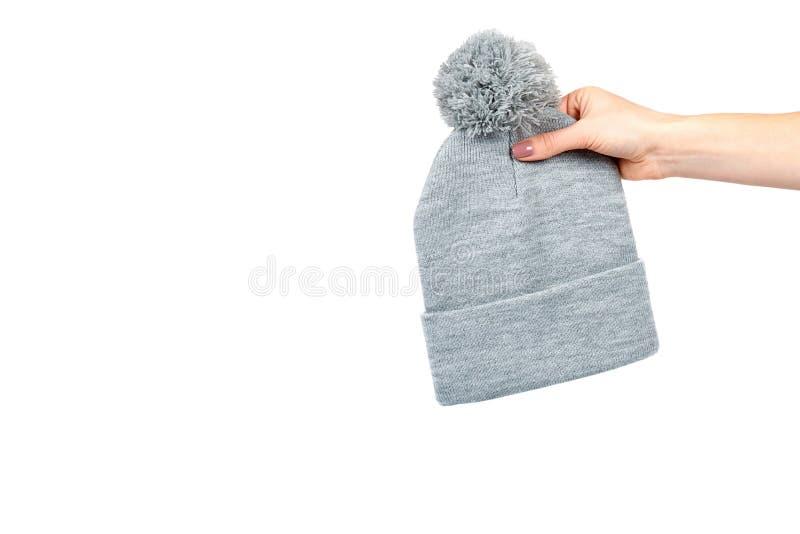 Hand mit grauer Strickm?tze, warmer woolen Zusatz stockfotografie