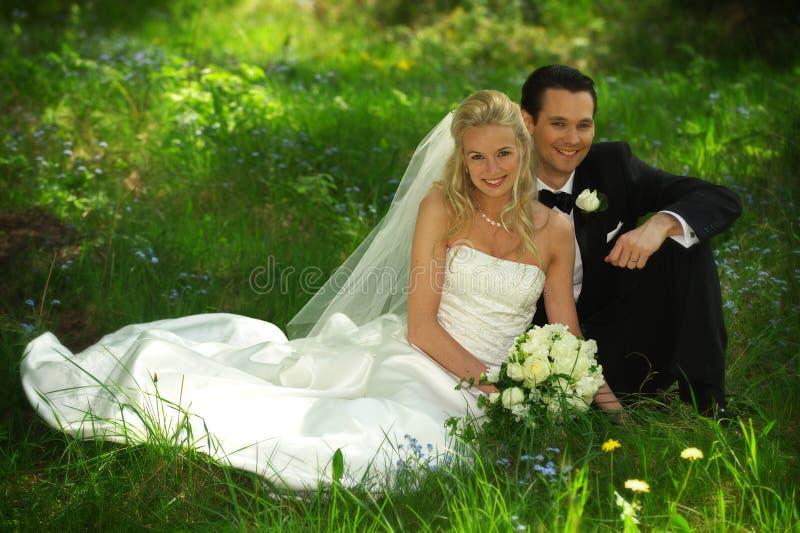 Hand mit Hochzeitsring auf Schulter lizenzfreie stockbilder