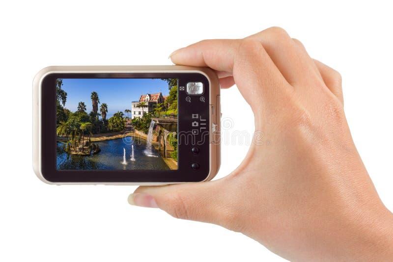 Hand mit Kamera und Monte Tropical Garden und Palast - Madeira stockfoto