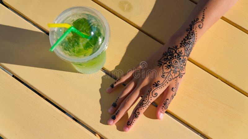 Hand mit mehendi auf schwarzen Hintergrundmoslems, bodyart, Finger, Kosmetik, verschönern, Mädchen stockfotos