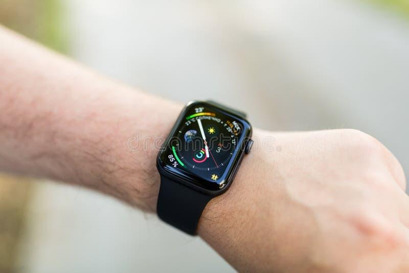 Hand mit modischer intelligenter Uhr Modernes Ger?t, das Sie immer angeschlossen an Internet bleiben l?sst stockbild