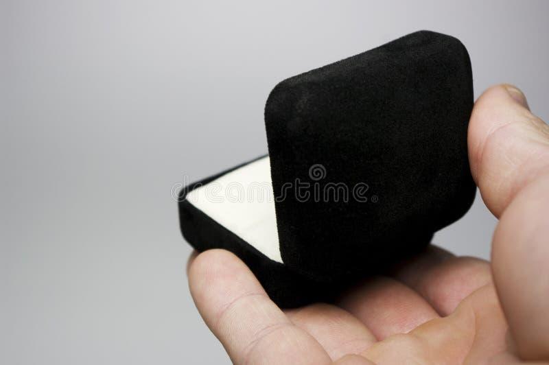 Hand mit Ring-Kasten stockbild