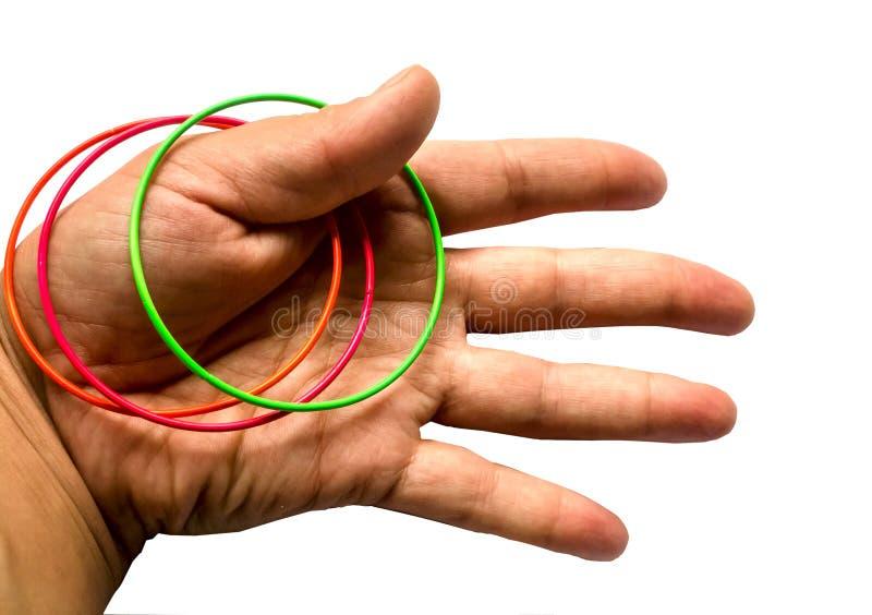 Hand mit Ringen auf einem weißen Hintergrund stockfoto