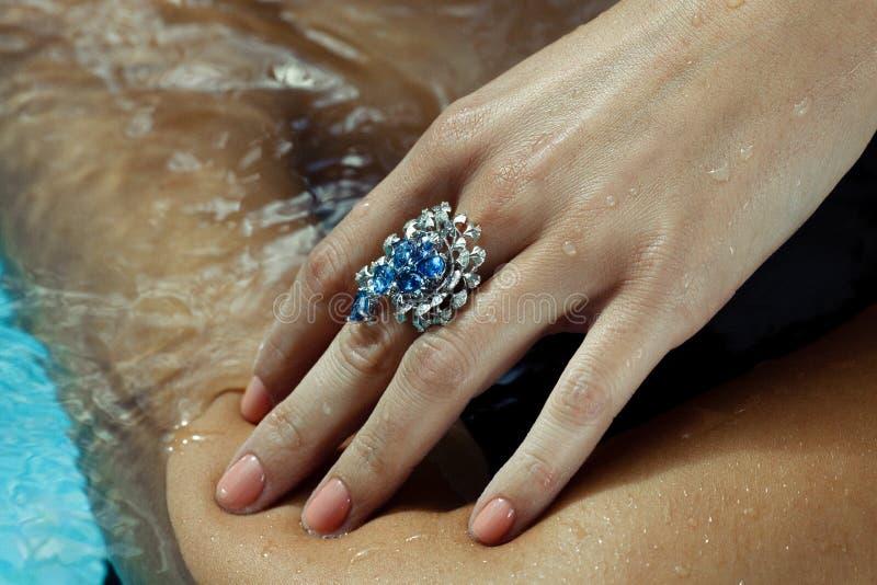 Hand mit Sapphire Ring lizenzfreie stockfotos