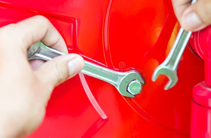 Hand mit Schlüssel stockfotografie