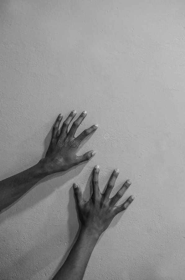 Hand mit Skelettfingern stockfotografie