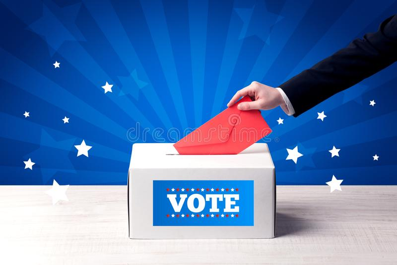 Hand mit Stimmzettel und Holzkiste lizenzfreies stockfoto