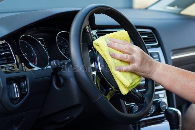 Hand mit Stoffreinigungs-Autoinnenraum stockfotos
