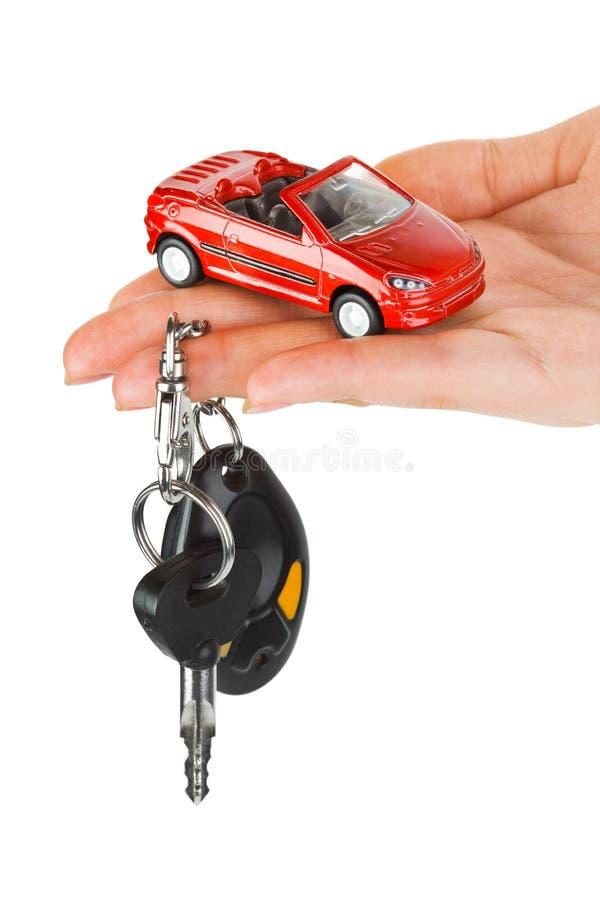 Hand mit Tasten und Auto stockfotografie
