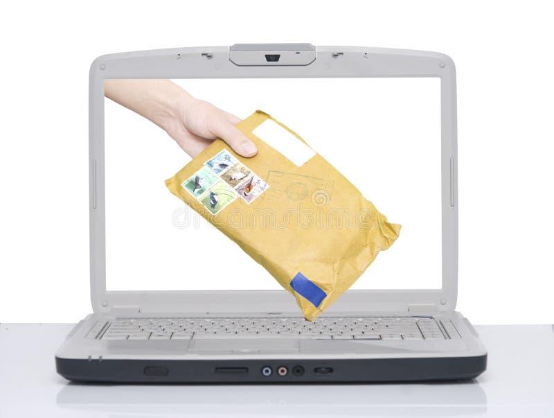 Hand mit Umschlag stockbild