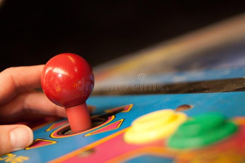 Download Hand Mit Videospielsteuerknüppel Stockfoto - Bild von spaß, bildschirm: 27732112