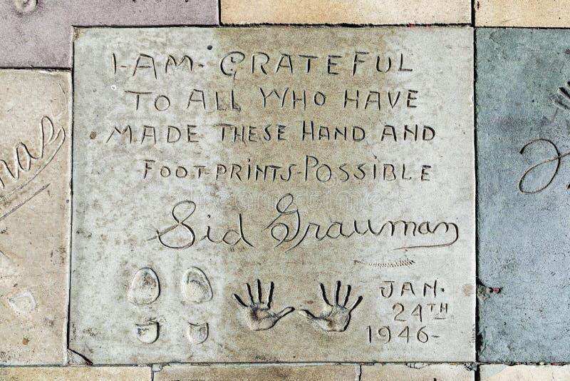 Hand och fotspår av Sid Grauman framme av TCL-kinesteatern arkivbilder