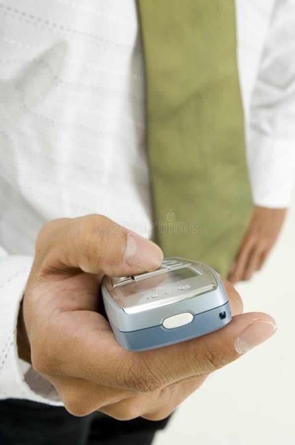 Hand och telefon arkivbild
