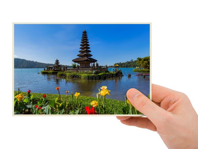 Hand och Ulun Danu tempel i Bali Indonesien mitt foto royaltyfri bild