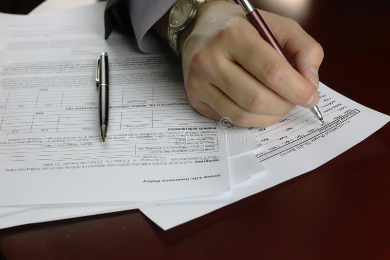 Hand ondertekende verzekering stock afbeelding