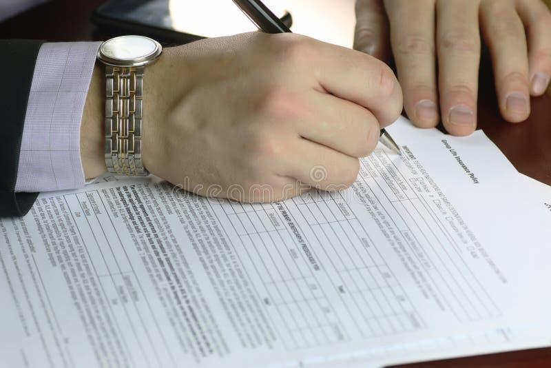 Hand ondertekende verzekering stock fotografie
