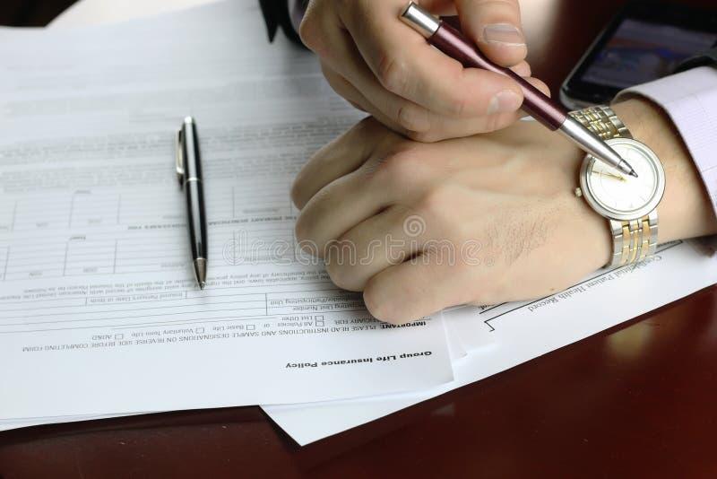 Hand ondertekende verzekering stock afbeeldingen