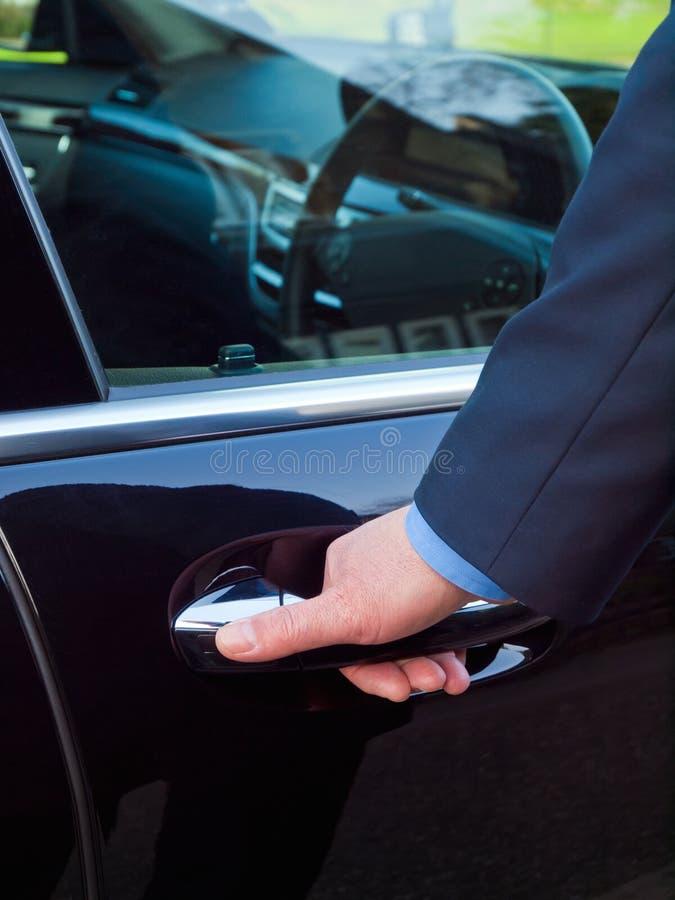 Hand op een autodeur royalty-vrije stock foto