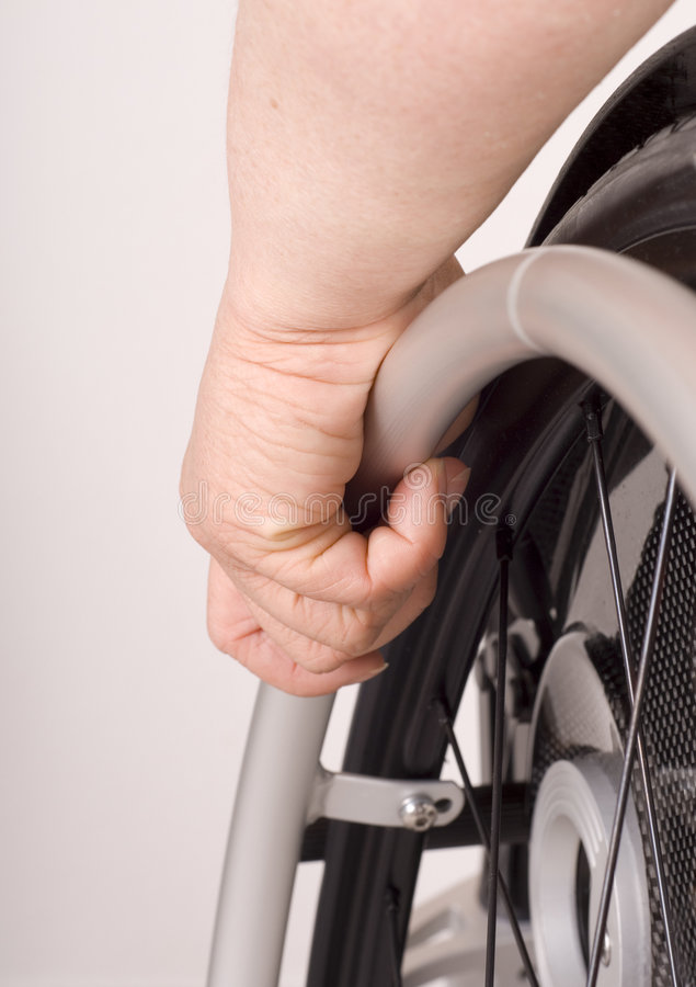 Hand op een rolstoel stock foto's
