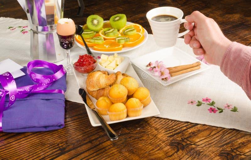 Hand op feestelijk ontbijt stock foto