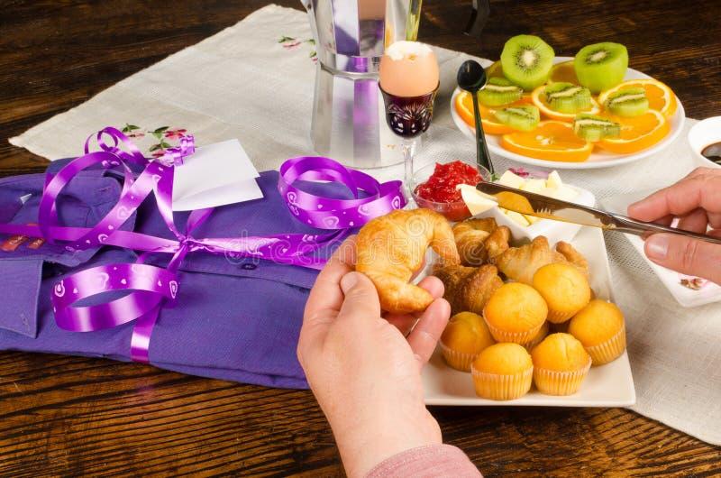 Hand op het ontbijt van de vadersdag stock foto's